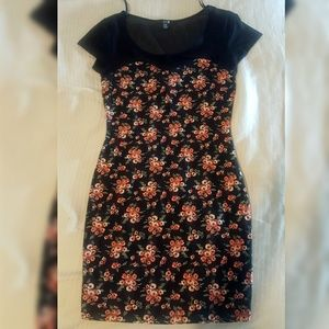 🌷⚘🌹 Floral black and red rose mini dress!